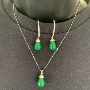 New 3 piece set green stone pendant & ear rings